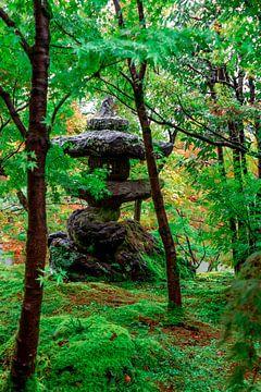 Stenen lantaarn tussen de bomen. van Mickéle Godderis