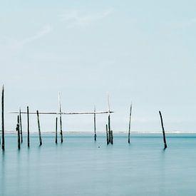 Photo minimaliste de la mer avec des filets à anguilles sur Miranda van Hulst