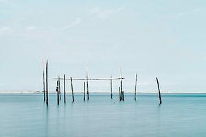 Minimalistische foto van de zee met palingnetten van Miranda van Hulst