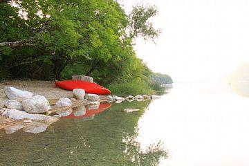 Rotes Kanu-Boot auf dem See von Bobsphotography