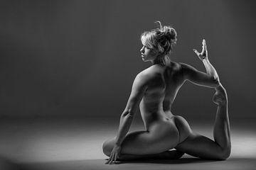 Flexible Frau nackt in Yoga-Pose von Retinas Fotografie