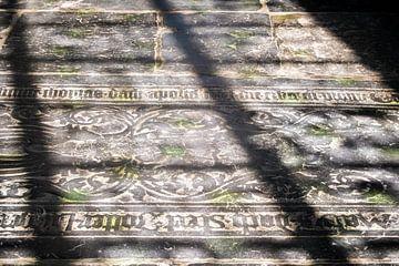 Latijnse teksten op de vloer van de kerk van Idema Media