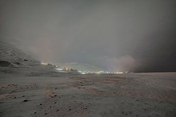 Longyearbyen in de poolnacht in een sneeuwstorm van Kai Müller