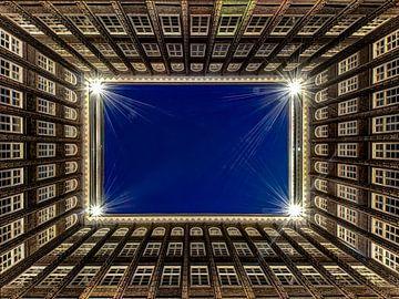 Hamburg - Chilehaus bei Nacht van Carina Buchspies