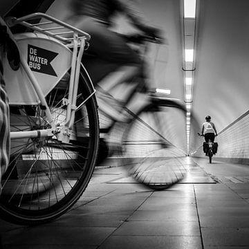 Radfahrer im Sint Annatunnel, Antwerpen, Belgien von Bertil van Beek