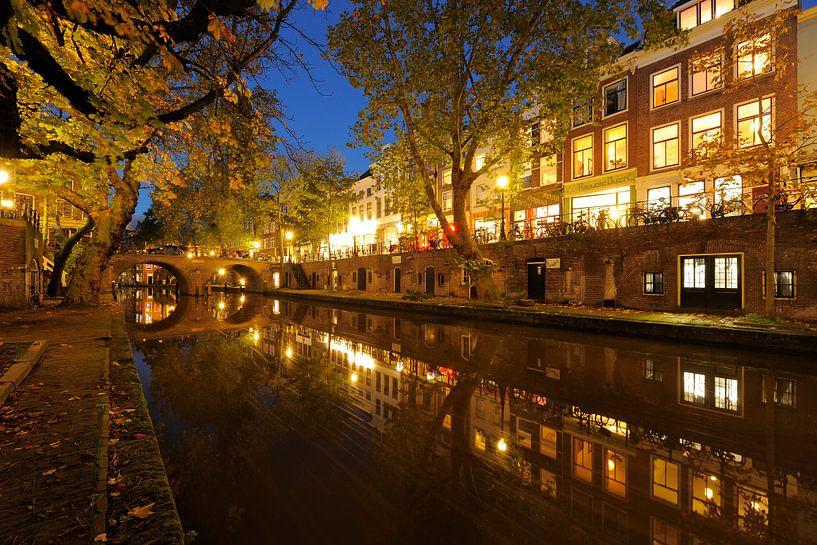 Oudegracht in Utrecht tussen Gaardbrug en Hamburgerbrug van Donker Utrecht