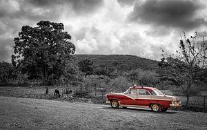 Klassieke auto in zwart-wit landschap van