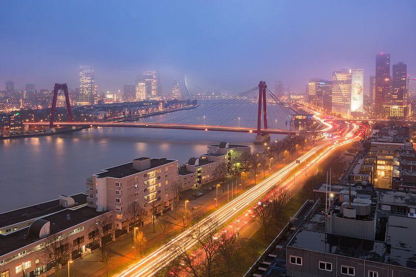 Rotterdam: Uitzicht op Avond Mist van Erik Brons