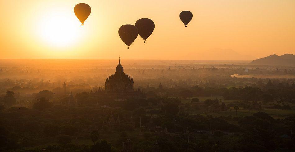 Zonsopkomst boven de tempelstad Bagan in Myanmar met luchtballonnen
