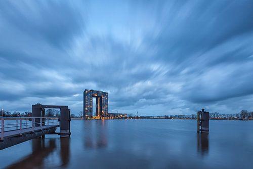Een dreigende lucht boven de Tasman Toren in Groningen