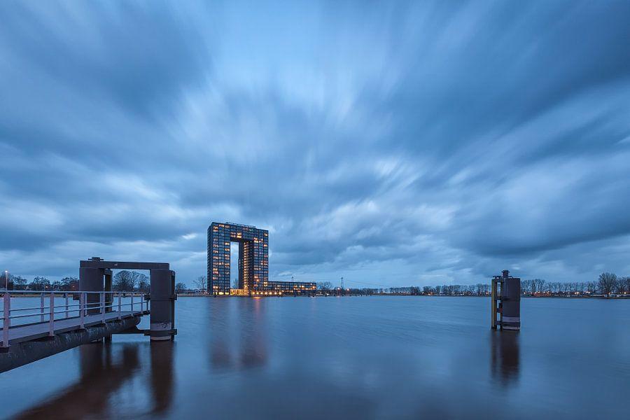 Een dreigende lucht boven de Tasman Toren in Groningen van Ron Buist