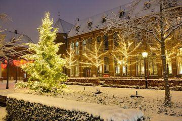 Noël au Nieuwe Markt à Zwolle avec de la neige, des lumières et un sapin de Noël sur Sjoerd van der Wal