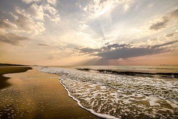 Zon, zee, zand en wolken sur Dirk van Egmond