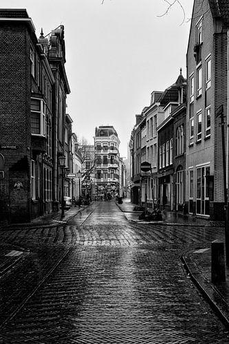 Een verlaten Hamburgerstraat in Utrecht op een druilerige dag (1) van
