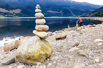 Steinmännchen am Ufer des Vangsvatnet-Sees von Evert Jan Luchies