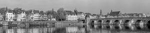 St.Servaos Brögk - Sint Servaasbrug Maastricht in de ochtendzon - zwart wit panorama van