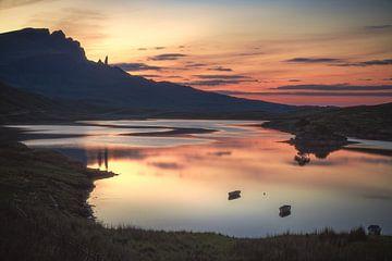 Oude man van Storr bij zonsondergang in Loch Fada van Jean Claude Castor