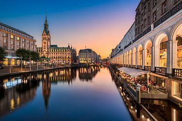 Sonnenuntergang am Rathaus in Hamburg von Michael Abid