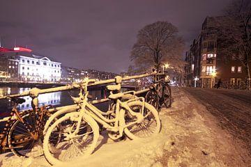 Amsterdam bei Nacht im Schnee in den Niederlanden von Nisangha Masselink