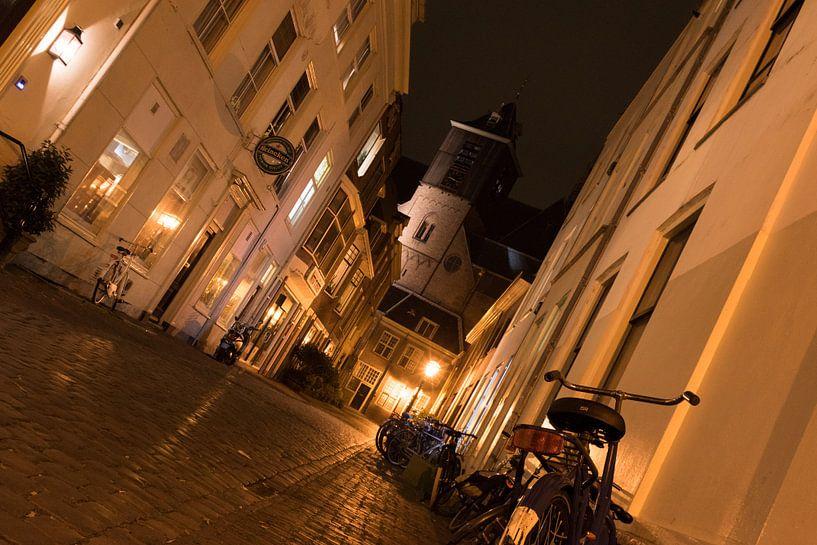 Een andere kijk op een sfeervol verlichte straat van As Janson