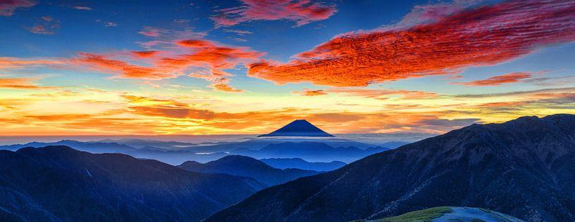 Zonsopgang met rode wolken bij Mount Fuji, Japan van Roger VDB