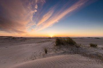 Kleurrijke zonsondergang op het strand van Zeeland van Peter Haastrecht, van