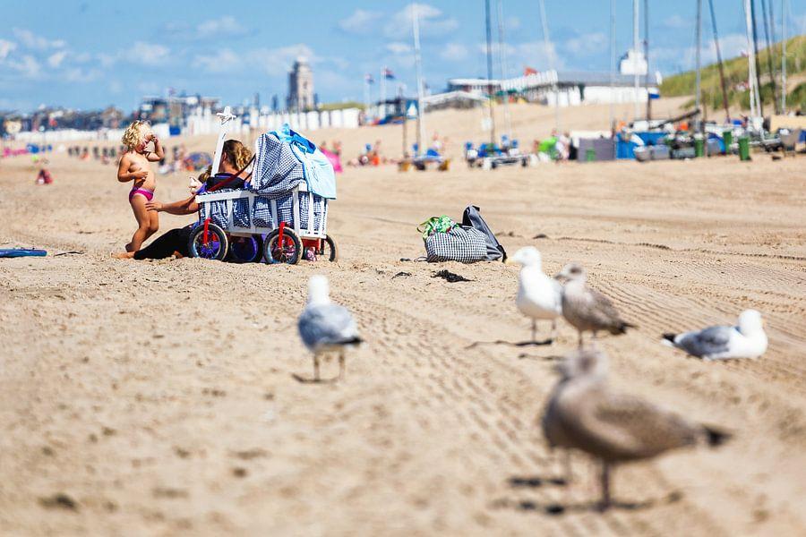 Moeder en kind op het strand van Katwijk