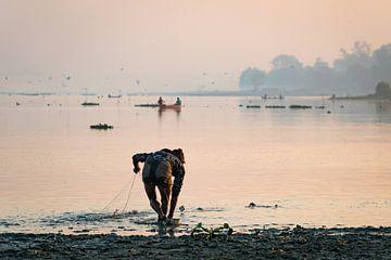 Visser haalt zijn netten uit het water van het Taung Tha Man meer bij Mandalay Myanmar van Twan Bankers
