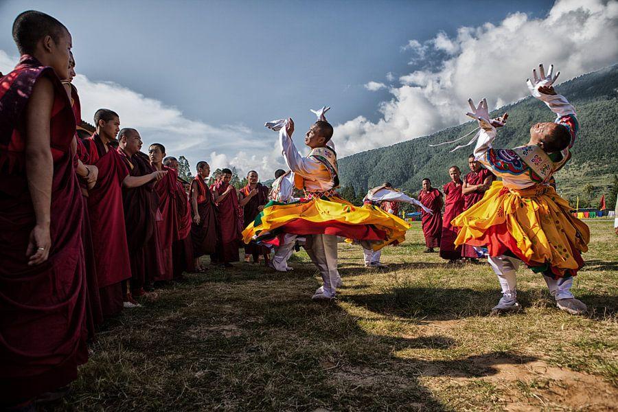 Bhutanese dansers op het Wangdi Festival in Bhutan. One2expose Wout Kok