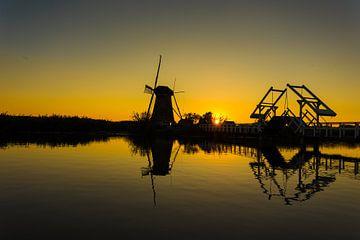 molen kinderdijk en ophaalbrug bij zonsondergang van Bernadet Gribnau