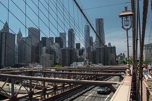 View on Manhattan from Brooklyn Bridge van Tim Groeneveld
