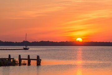 Zonsondergang aan het water van Wim Kanis
