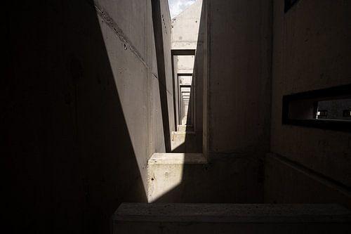betonnen constructie met herhalende elementen licht en schaduw