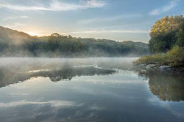 Sonnenaufgang am Cranenweyer mit Schwan und Nebel von John van de Gazelle