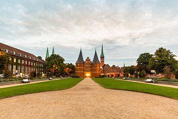 Holstentor Hanzestad Lübeck van Ursula Reins
