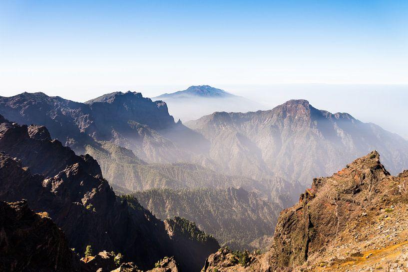 Mistig berglandschap van Kris Christiaens