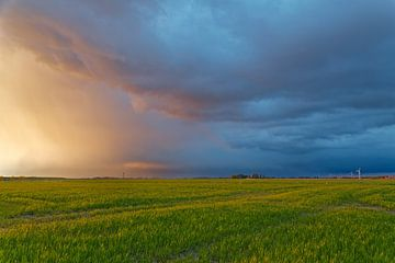 Avond wolken op de dijk van Rolf Pötsch