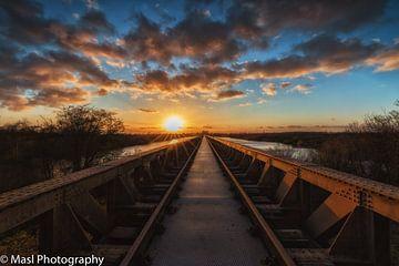 Zonsondergang over de Moerputten brug in  Den Bosch van Mariel Sloots
