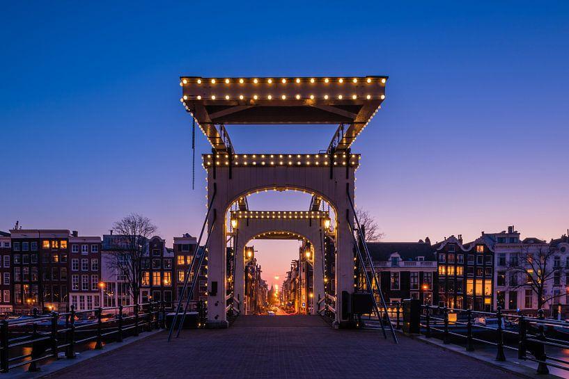 Die dünne Brücke (Magere Brug), Amsterdam bei Nacht von John Verbruggen