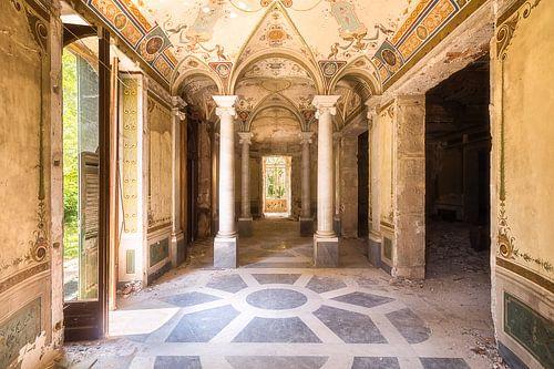 Flur in einer verlassenen Villa. von Roman Robroek