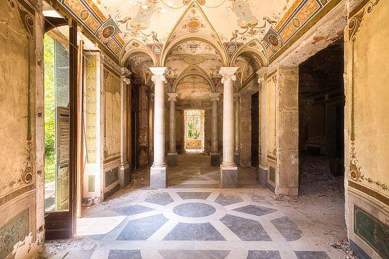 Gang in een Verlaten Villa. van Roman Robroek