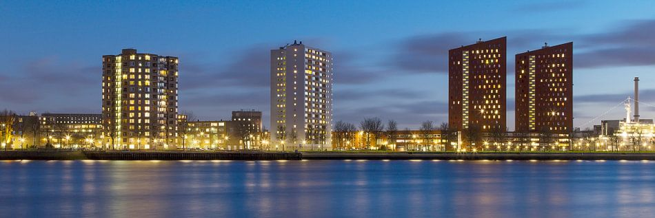 Panorama van Rotterdam tijdens het blauwe uurtje