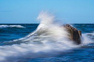 Waves on the Baltic Sea coast van