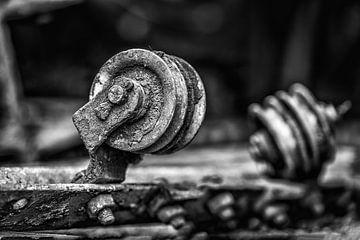 Stilleven van een katrol in zwart-wit. (industriële foto) van Fotografie Arthur van Leeuwen
