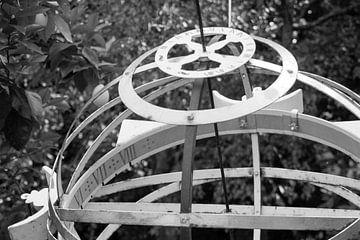 Utrecht - Oude hortus botanicus zonnewijzer zwart - wit van Wout van den Berg