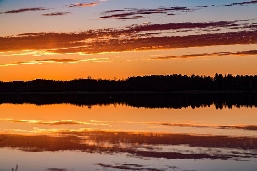 Prachtige reflectie rond middernacht in Zweden. Warm licht van Hidde Hageman