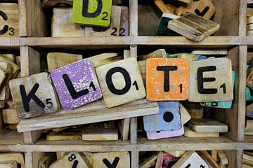 Scrabble letters in allerlei kleuren.  van Marian Klerx