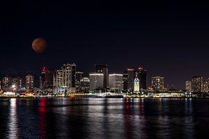 Honolulu in der Dunkelheit mit rotem Mond