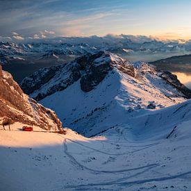 Treintje komt aan op Pilatus Kulm - Obwalden / Nidwalden - Zwitserland van Felina Photography