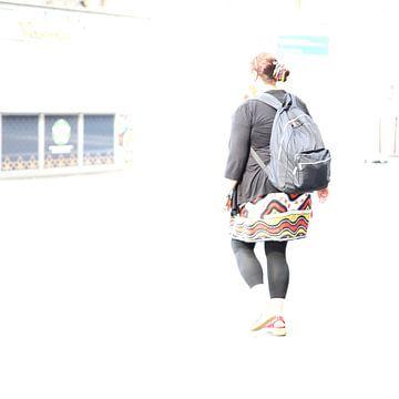 Frau mit Rucksack von Heike Hultsch